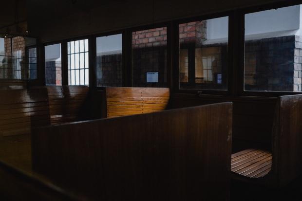 Holzbank in historischer Straßenbahn
